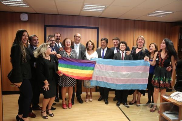 MEC homologa resolução que permite que transexuais e travestis usem o nome social nas escolas do Brasil