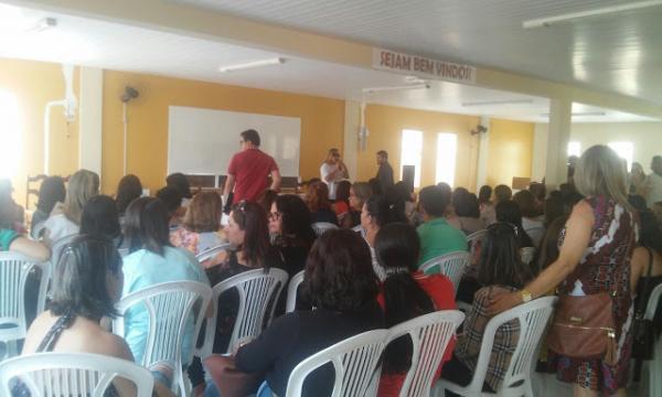 Em assembleia, professores municipais de Garanhuns cobram reajuste do piso para toda a categoria e já falam em possibilidade de greve