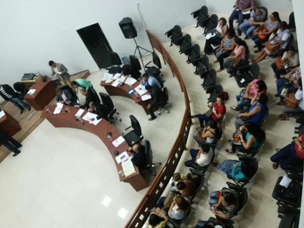 CATEGORIA DIZ QUE PROPOSTA RETIRA DIREITOS DOS EDUCADORES: Sob protestos, Câmara Municipal de Garanhuns aprova projeto de lei polêmico que trata de reajuste dos professores