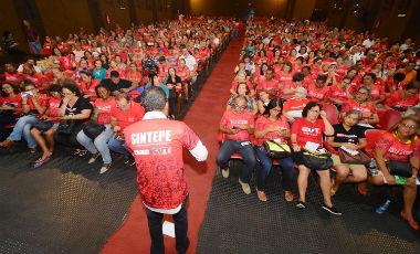 Trabalhadores em educação de Pernambuco decretam estado de greve