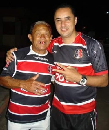 Na foto, Jairo Mariano, conhecido popularmente como bacalhau ao lado de Luizinho Roldão