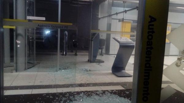 Bandidos explodem agência bancária e fazem pacientes de reféns em Quipapá