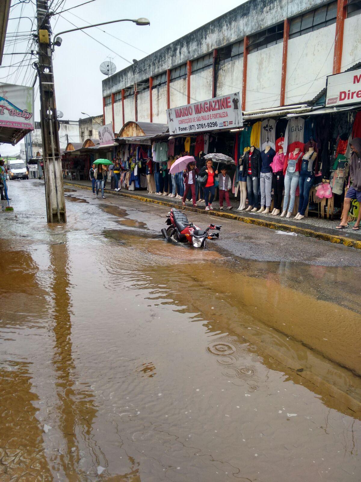 Mototaxista cai em buraco no centro de Garanhuns.