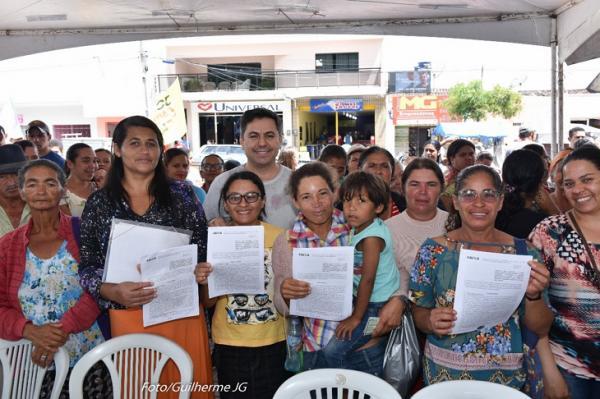 JUPI: PREFEITO MARCOS PATRIOTA E EQUIPE ENTREGAM CONTRATOS DE CASAS POPULARES