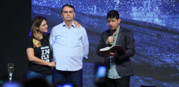Presidente eleito Jair Bolsonaro se emociona durante culto na Igreja Batista, chora no altar e faz discurso emocionado.