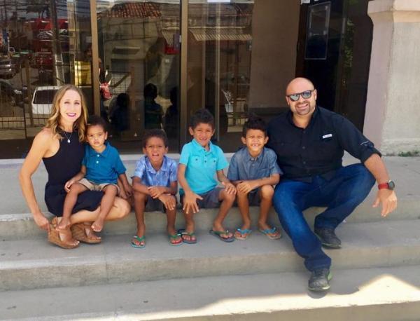 Casal americano adota quatro irmãos de Pernambuco para que eles não se separem