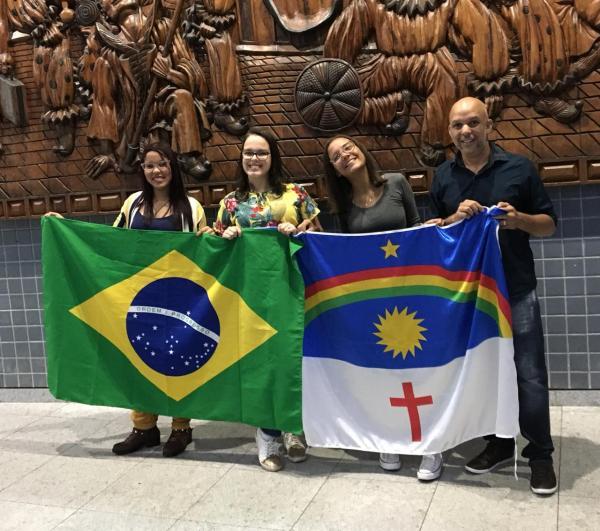 Três estudantes de escolas estaduais embarcam para os Estados Unidos. Uma delas é de Garanhuns