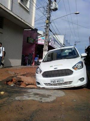 Buraco se abre pela 2ª vez em menos de um mês e engole mais um veículo na rua do Pop Shop no centro de Garanhuns
