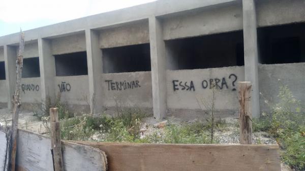 Obra de PSF na Cohab 1, abandonada serve de cobrança e pichação em Garanhuns