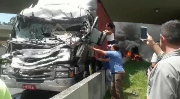 Testemunha diz que viu passageiro (Ricardo Boechat) pular do helicóptero na Rodovia Anhanguera