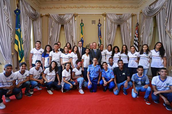 Paulo Câmara destaca experiência exitosa do Ganhe o Mundo em encontro com alunos-atletas aprovados