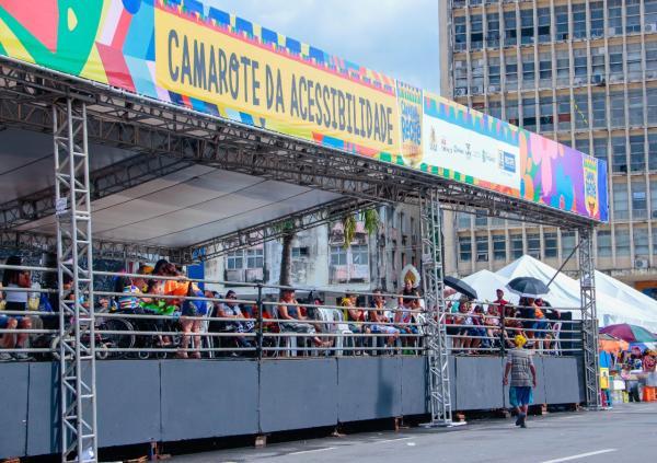 Camarote da Acessibilidade garante  inclusão e folia durante o desfile do Galo da Madrugada