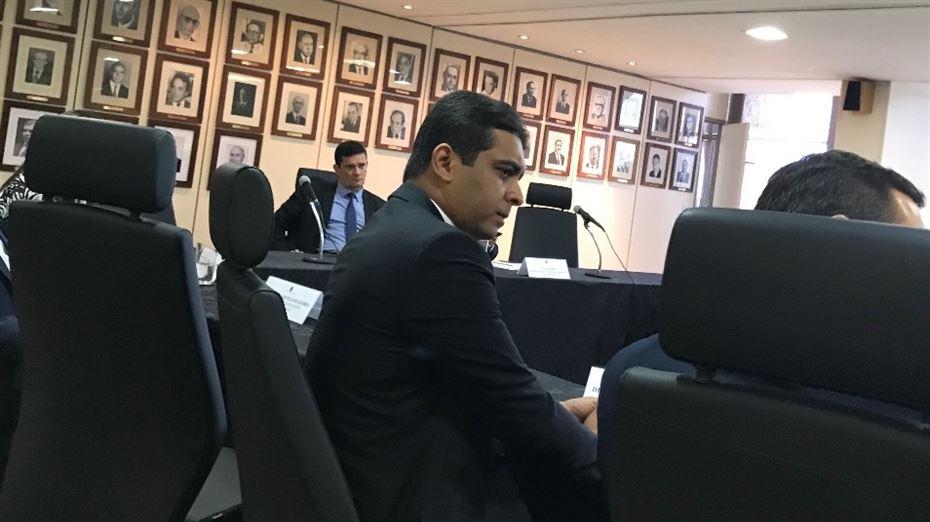 Deputado numa reunião com Moro em fevereiro