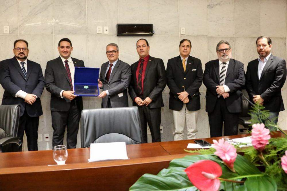 REUNIÃO SOLENE – Romero Albuquerque entregou placa comemorativa ao vice-presidente executivo do clube, Carlos Frederico de Melo. Sivaldo Albino presidiu cerimônia. Foto: Jarbas Araújo