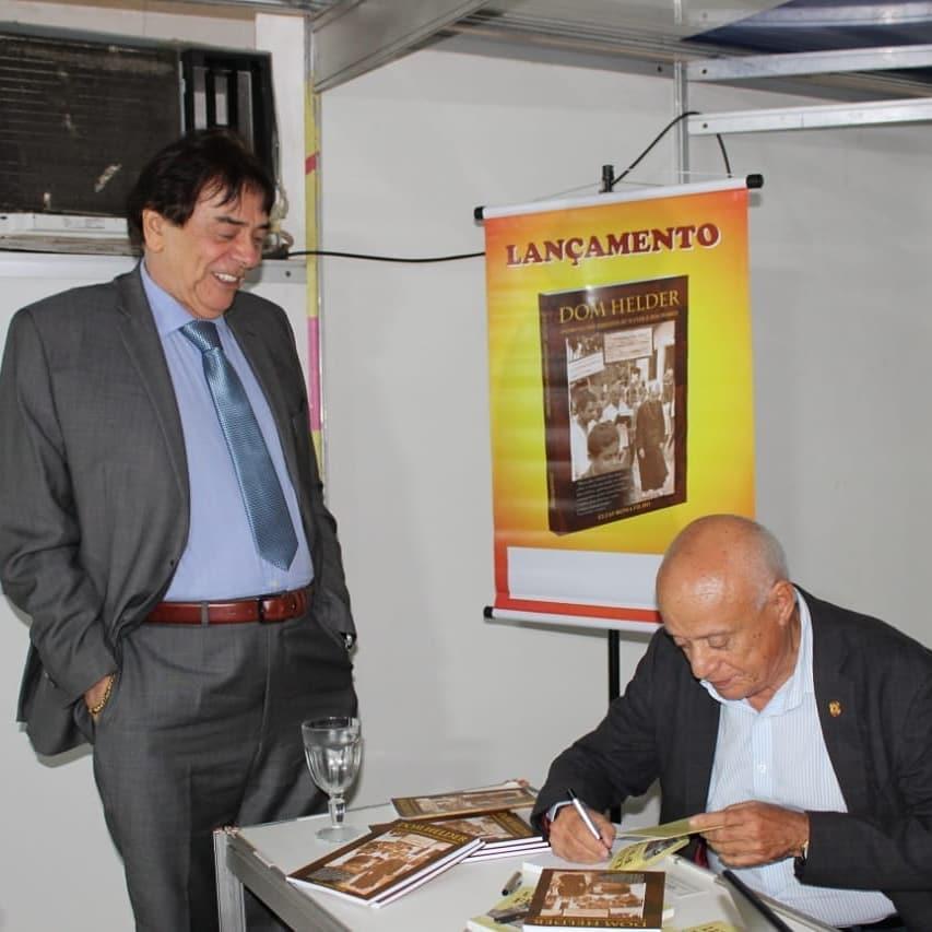 Givaldo Calado visita IV Bienal Internacional do Livro de Garanhuns