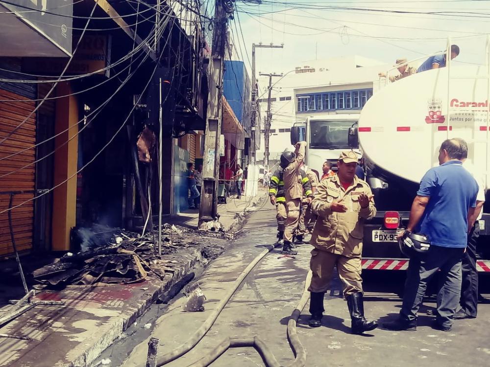 Incêndio de grandes proporções consome loja no centro em Garanhuns
