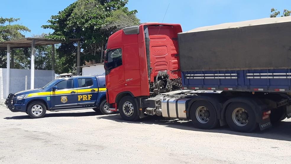 Caminhão é flagrado com 20 toneladas de excesso de peso em Garanhuns