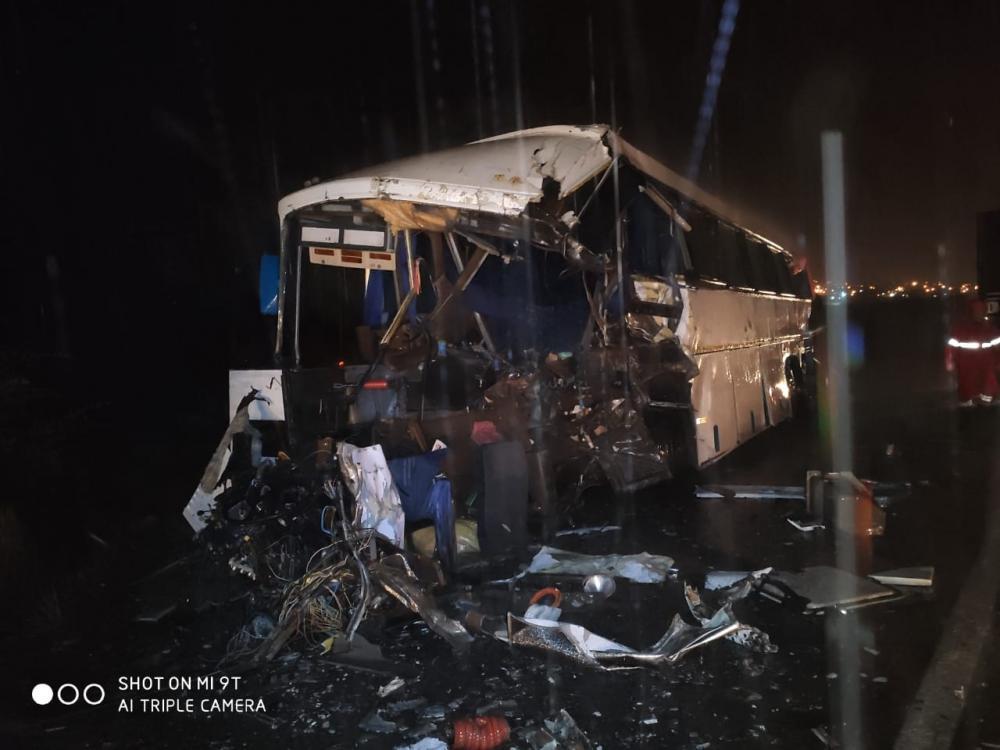 Grave acidente evolvendo um ônibus e uma carreta deixa 3 mortos e vários feridos na BR 423 em Jupi, agreste do estado