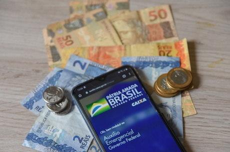 Mães que são chefes de família começam a receber hoje o auxílio emergencial de R$ 1,2 mil