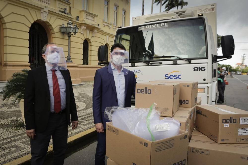 Governo de Pernambuco recebe doação de 10 mil protetores faciais do Sistema Fecomércio