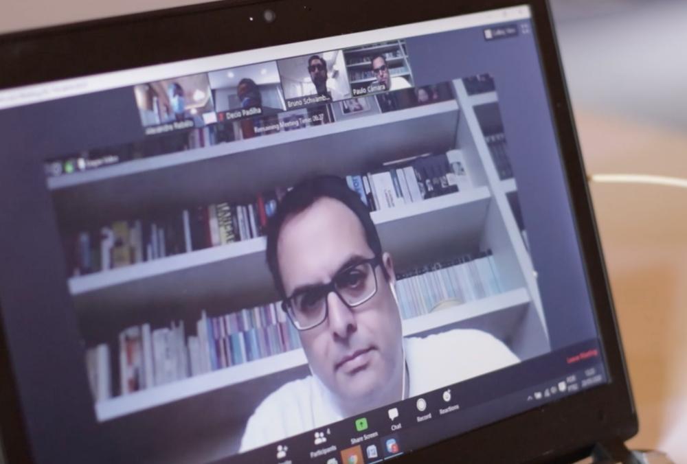Por videoconferência, Paulo Câmara mantém rotina de trabalho em casa e acompanha ações de combate à pandemia