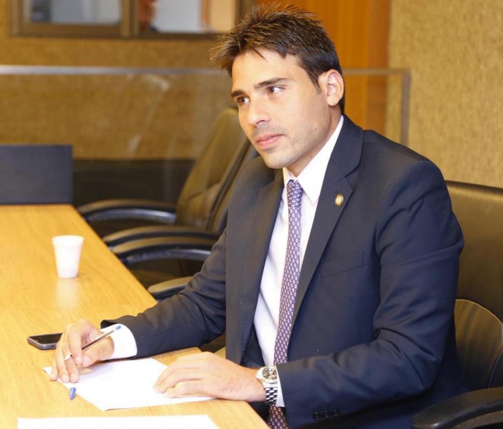 Lei de autoria de João Paulo Costa, que antecipa lista de materiais escolares, é sancionada