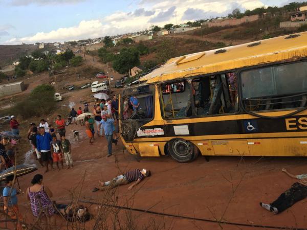 Ônibus de Capoeiras sofre grave acidente na BR-424