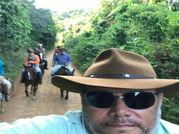 Principal aliado do prefeito Izaías Régis, na Câmara de Vereadores de Garanhuns, vereador Ary Júnior, está ausente a quase 30 dias de suas atividades parlamentares, por causa de uma cavalgada, entre Garanhuns e a cidade baiana de Porto Seguro.