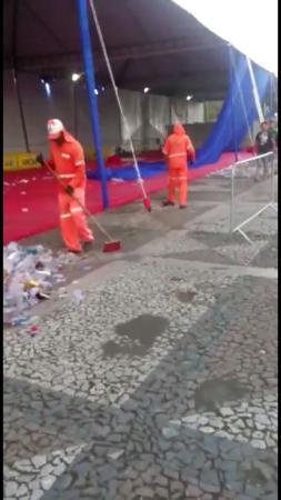 O POLÊMICO SHOW DO SAFADÃO EM GARANHUNS: Garis da Locar são flagrados fazendo a limpeza da praça onde aconteceu o show