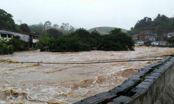 Casas ficam submersas após fortes chuvas na Mata Sul de PE