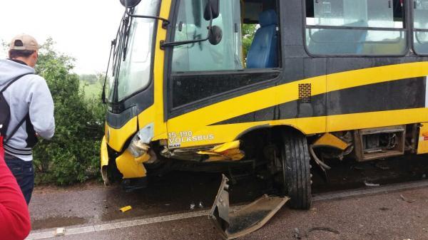 Homem fica gravemente ferido após colidir frontalmente com ônibus escolar na PE-218 em Terezinha, no Agreste