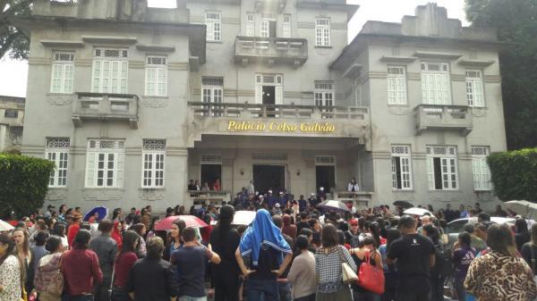 """""""Reizinho mandou, vereador aprovou"""": professores, alunos e pais participaram de protesto, em Garanhuns"""