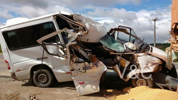 IMAGENS IMPRESSIONAM: Em acidente gravíssimo, Van se parte ao meio ao bater em carreta em BR de Garanhuns
