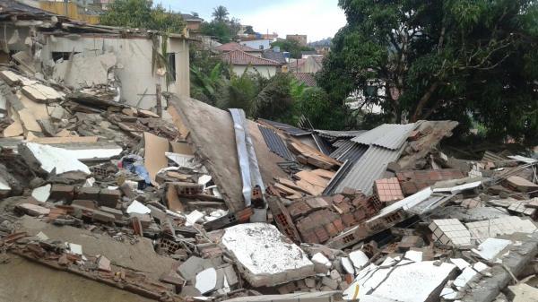 GARANHUNS URGENTE: Prédio desaba no bairro Aluísio Pinto, em Garanhuns, e deixa moradores soterrados.