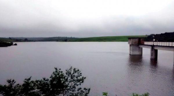 Barragem do Cajueiro está sangrando em Garanhuns