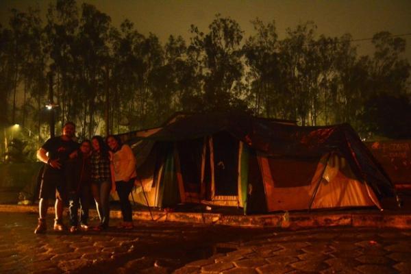QUE FRIO QUE NADA: Uma família inteira de turistas e amigos acampam nos arredores da Rodoviária de Garanhuns para acompanhar o FIG