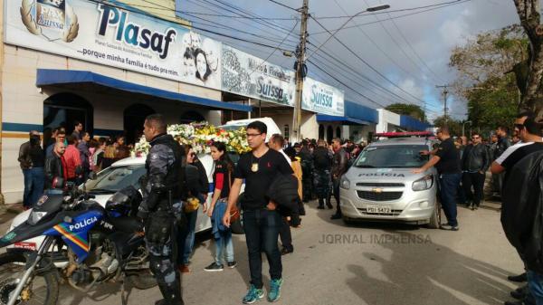 Emoção e homenagens marcaram enterro do Policial Civil Danillo Taveira