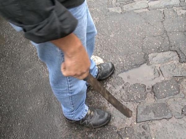 UM TINHA APENAS 13 ANOS: Jovens usam facão para assaltar menor em Garanhuns, mas são apreendidos pela PM