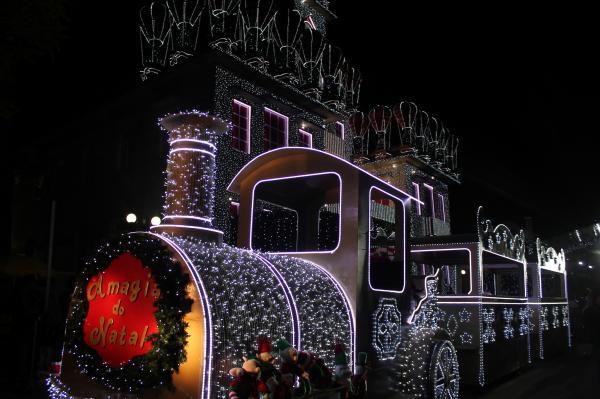 Primeiro Desfile do Papai Noel levou um grande público para a Avenida Santo Antônio neste sábado (11)